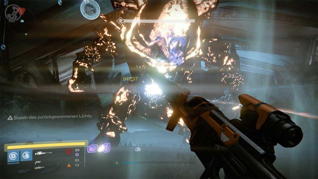 Optimale Situation: Der Bauch von Golgoroth ist perfekt ausgerichtet, Spieler stehen in der Buff-Pfütze und ein Titan hat den Boss mit dem Nahkampf-Hieb Schmelzpunkt angezündet und geschwächt. Bild: Screenshot Destiny