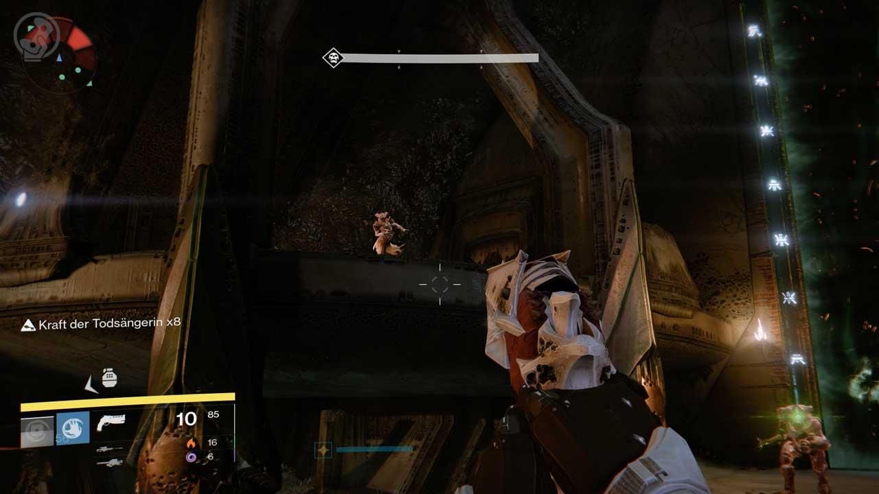 Destiny-Raid Königsfall, Action vor dem Tor: Hexen auf dem Balkon und Ritter auf dem Boden müssen erledigt werden, Bild: Screenshot Destiny