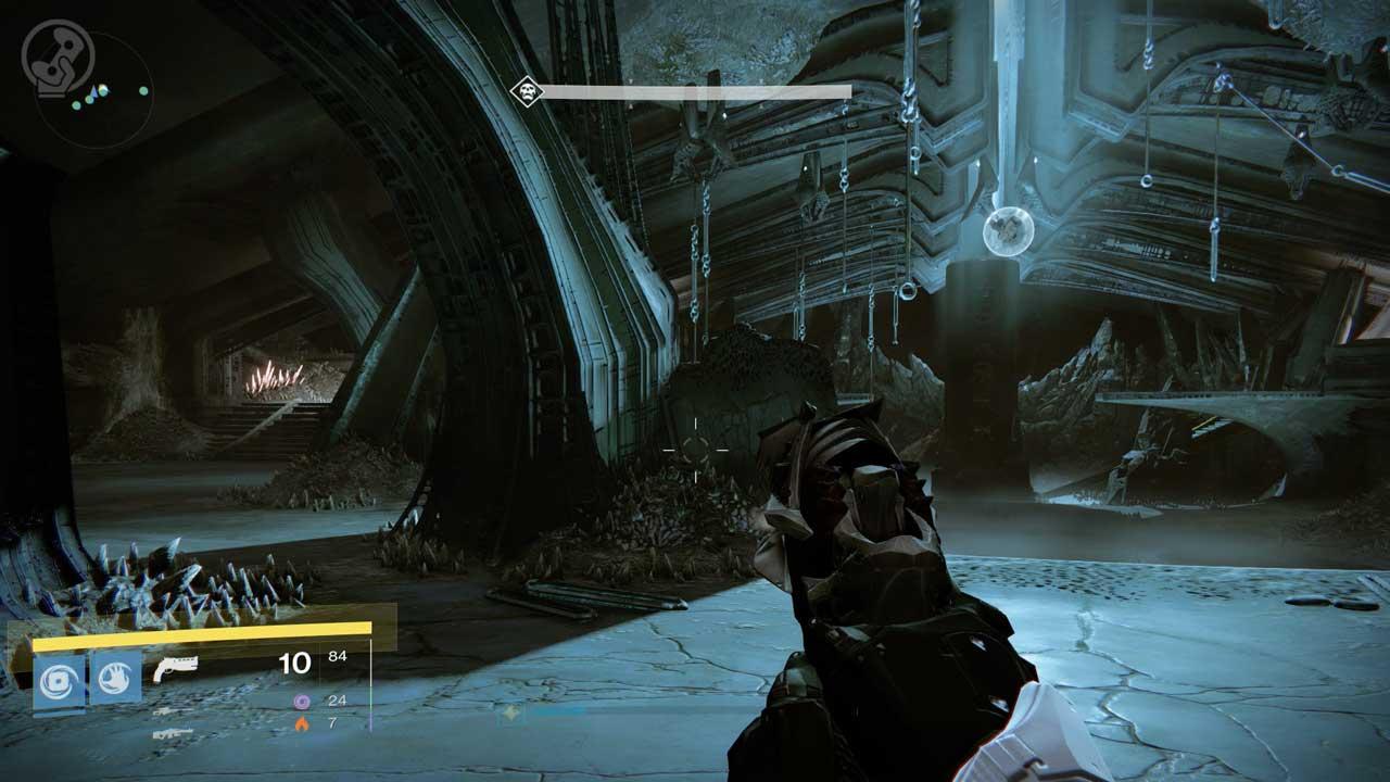 Rechts oben an der Decke hängt die Blase, die den Kampf gegen Golgoroth startet. Darunter steht die Tafel mit den Symbolen. Für jeden Tod leuchtet ein Symbol auf. Links auf dem Ring kommen sogleich Schergen. Bild: Screenshot Destiny